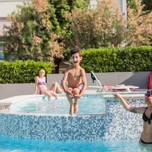 famiglie felici in piscina all'hotel Luxor